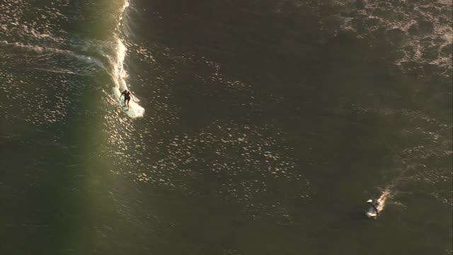 vidéos et rushes de aerial ts ha surfing at malibu beach / california, united states.   - malibu