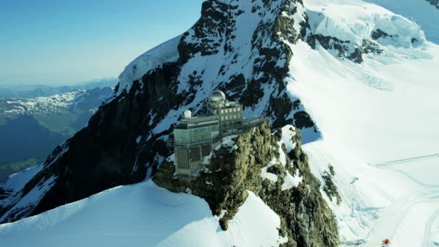 aerial swiss jungfraujoch sphinx observatory grindelwald alps mountain - switzerland点の映像素材/bロール