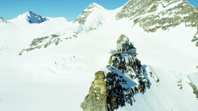 stockvideo's en b-roll-footage met aerial switzerland jungfraujoch sphinx observatory grindelwald jungfrau alps - skivakantie