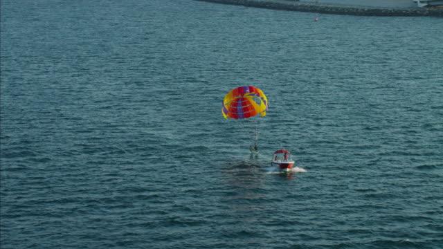 vidéos et rushes de aerial tandem parasailing dubai ocean adventure persian gulf - parapente