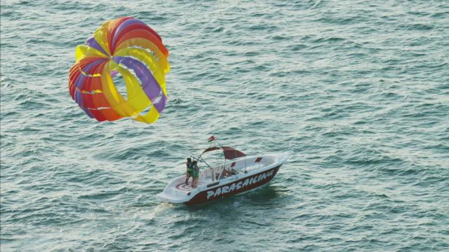 vidéos et rushes de aerial tandem parasailing dubai ocean persian gulf uae - parapente