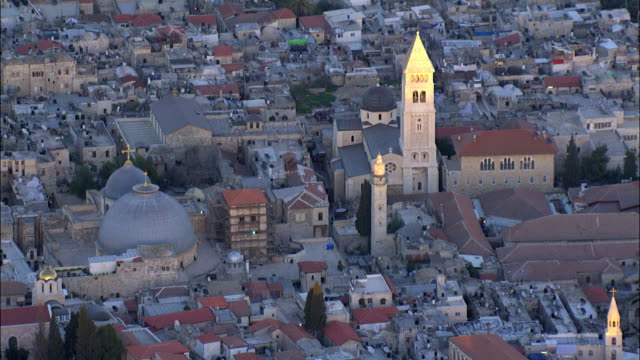 aerial the church of the holy sepulchre in the old city of jerusalem, israel - basilica video stock e b–roll