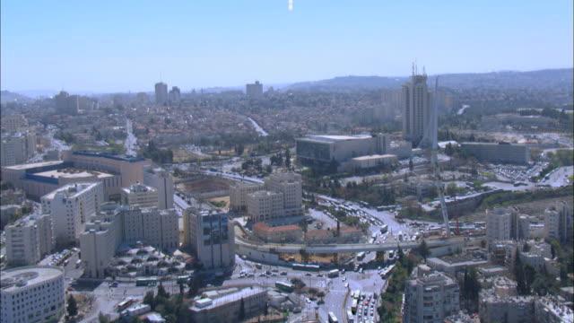 vídeos de stock e filmes b-roll de aerial the first toll road in israel - root 6 and jerusalem chords bridge, israel coastal plane - ponte com armação cantilever