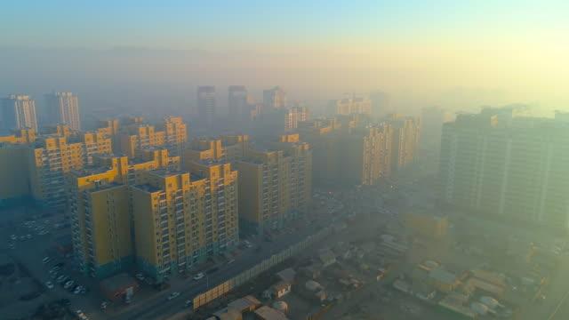 vidéos et rushes de aerial: the smog surrounds the city of ulaanbaatar - mongolie indépendante