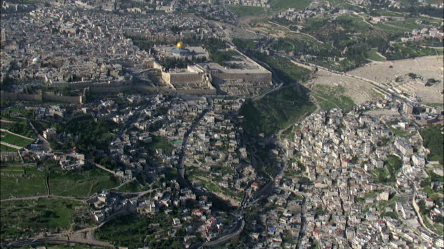 vidéos et rushes de aerial the western wall location in the old city of jerusalem, israel - pèlerinage