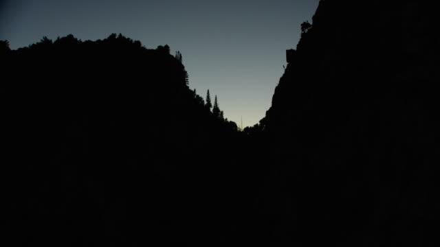 vídeos de stock e filmes b-roll de aerial through canyon - desfiladeiro