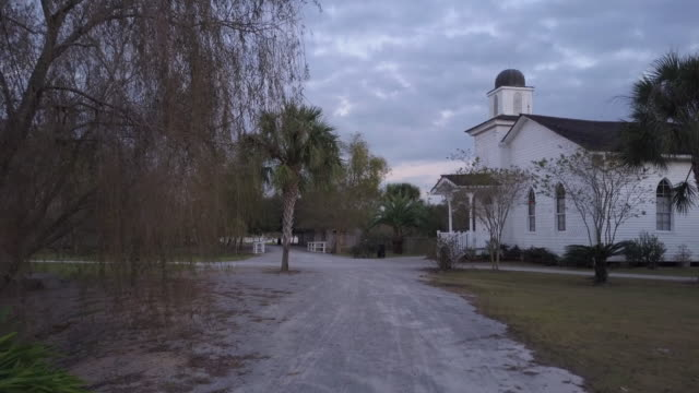 stockvideo's en b-roll-footage met aerial through plantation grounds during dusk - kerk