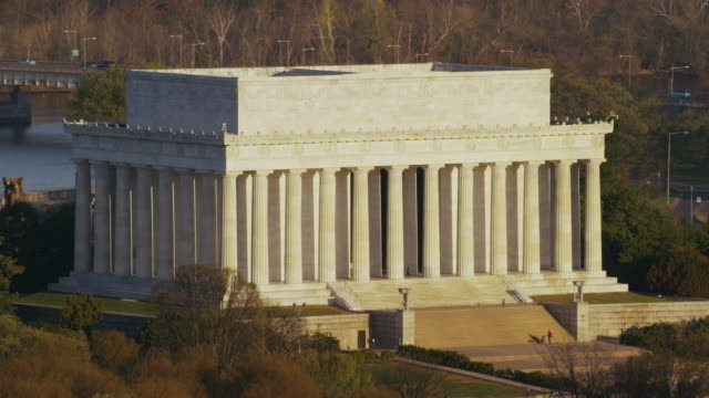 aerial tight shot of lincoln memorial sunny morning in the fall, dc - lincolndenkmal stock-videos und b-roll-filmmaterial