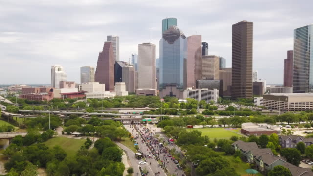 vídeos de stock, filmes e b-roll de aerial tilt-up to houston skyline - sudoeste dos estados unidos