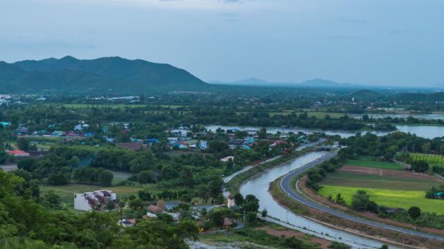 Aerial Zeitraffer der Landschaftsansicht der Kanäle für die Bewässerung in Landschaft bei Sonnenuntergang