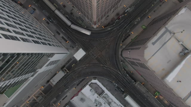 aerial: time lapse of trains moving on elevated railway tracks over street amidst buildings in city - chicago, illinois - chicago elevated stock-videos und b-roll-filmmaterial