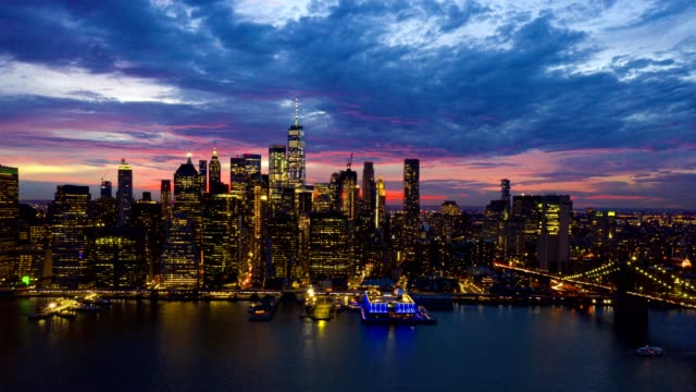 vídeos de stock, filmes e b-roll de timelapse aéreo da skyline de new york na noite - new york city