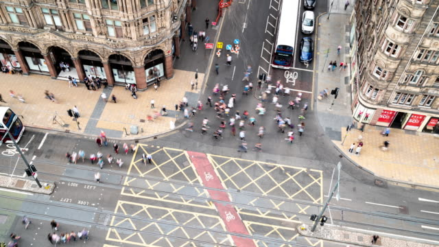 time-lapse aereo di tourist pedestrian affollato e trasporto di autobus e tram in princes shopping street a edimburgo scozia regno unito - scottish culture video stock e b–roll