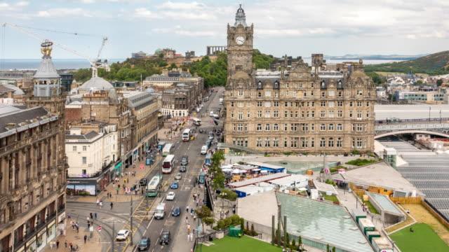 vídeos y material grabado en eventos de stock de time-lapse aérea de turismo peatonal concurrida a princes street en edimburgo escocia reino unido de compras - pedestrian
