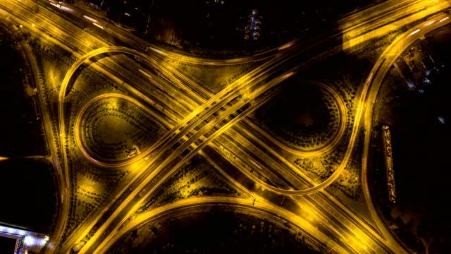 Luchtfoto Time-lapse video: verkeer van de nacht op snelweg Junction, Overhead schot