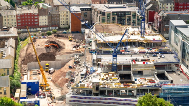 vídeos de stock e filmes b-roll de aerial time-lapse: working in construction site in edinburgh united kingdom - obra
