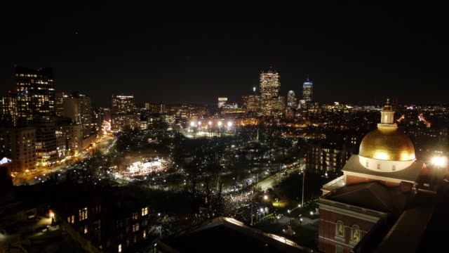 w/s aerial tl boston common firework and christmas tree lighting ceremony. - クリスマスツリー点灯式点の映像素材/bロール