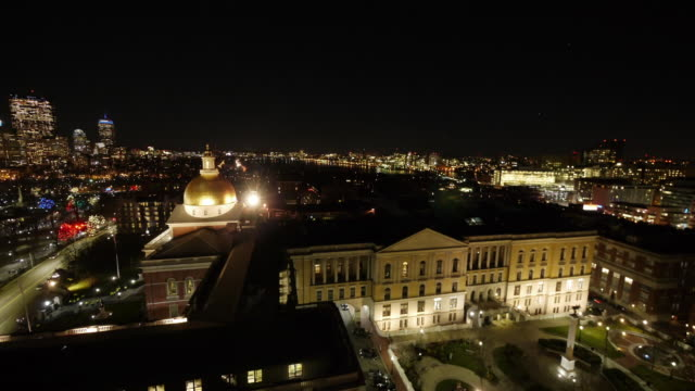 aerial tl of massachusetts state house in boston during christmas tree lighting ceremony. - クリスマスツリー点灯式点の映像素材/bロール