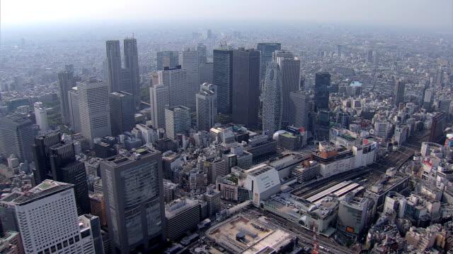 vídeos de stock e filmes b-roll de aerial tokyo cocoon tower government building japan rail - bairro de shinjuku