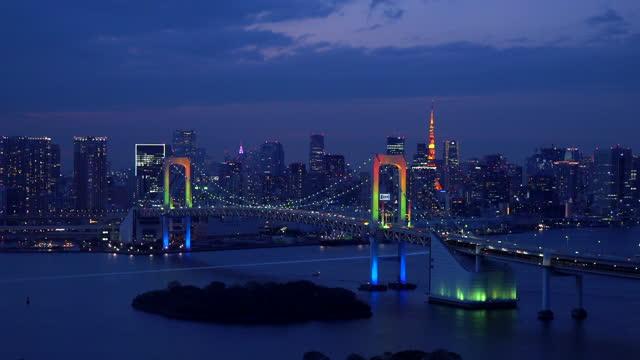 vídeos y material grabado en eventos de stock de puente aéreo tokyo rainbow al atardecer - panorámica