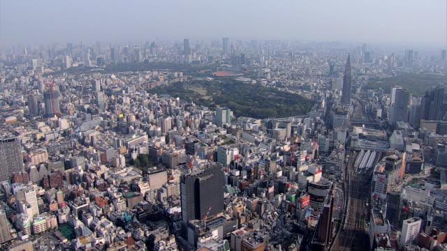 vídeos de stock e filmes b-roll de aerial tokyo shinjuku gyoen park national garden hanami - bairro de shinjuku