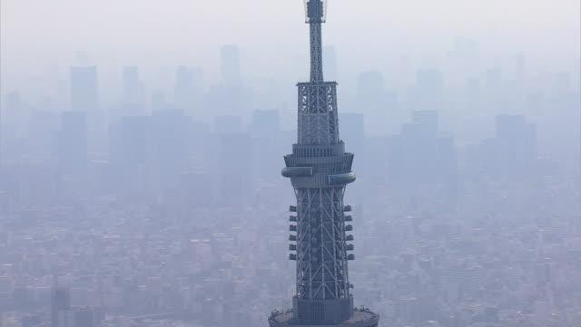 aerial tokyo skytree digital tv observation tower sumida - steel stock-videos und b-roll-filmmaterial