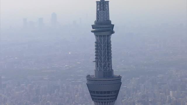 aerial tokyo skytree tv observation tower sumida japan - steel stock-videos und b-roll-filmmaterial
