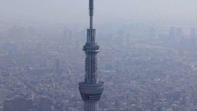 vídeos de stock, filmes e b-roll de aerial tokyo skytree tv observation tower sumida japan - ponto de observação