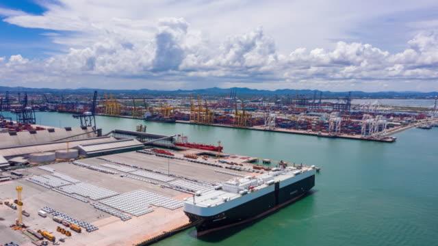 flygfoto billager vid lastkajen väntar last till carrier fartyg för frakt till hela världen. - bära bildbanksvideor och videomaterial från bakom kulisserna