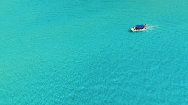 vídeos y material grabado en eventos de stock de aerial top view: motorboat on bright blue ocean - hispaniola