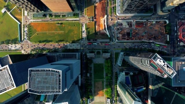 vidéos et rushes de vue aérienne de haut de central des affaires financières district building de singapour ville au jour - bay of water