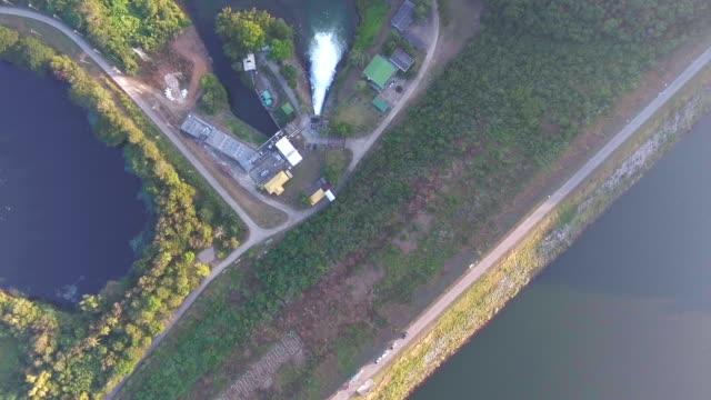 vidéos et rushes de antenne vue de dessus de réservoir et de barrage avec le chemin sur edge, thaïlande - énergie hydrolienne