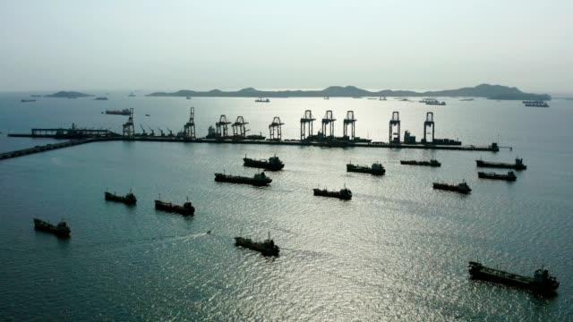vídeos y material grabado en eventos de stock de aerial top view of the ship carrying the lpg and oil tanker in the sea port - buque de carga