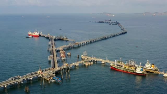 海上輸送のための精製所橋からの空中トップビュー石油タンカー船。 - タグボート点の映像素材/bロール