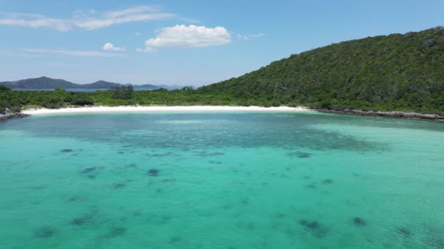vidéos et rushes de vue aérienne de dessus de 4k, plage de sable blanc d'île de paradis et récif corallien d'eau de jachère - paradisiaque