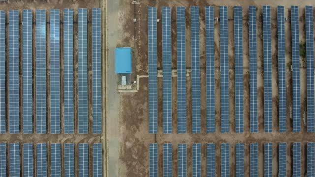 vídeos y material grabado en eventos de stock de vista superior aérea: filas planta de energía del panel solar que proporciona energía renovable limpia - empresa de carácter social