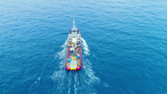 vídeos de stock e filmes b-roll de aerial top view ship on the sea for transportation fuel and power concept - gas station