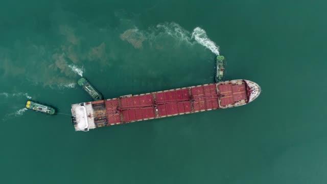 空撮トップビュースリータグボートコンテナを積載するための海港への空き大きなコンテナ船をドラッグします。物流輸送、輸出入、輸送。 - タグボート点の映像素材/bロール