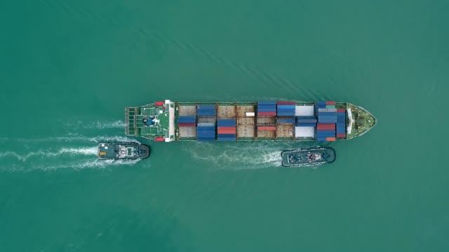 空撮トップビュータグボートボートドラッグコンテナ船は、物流輸送、輸出入、輸送のための港に。 - タグボート点の映像素材/bロール