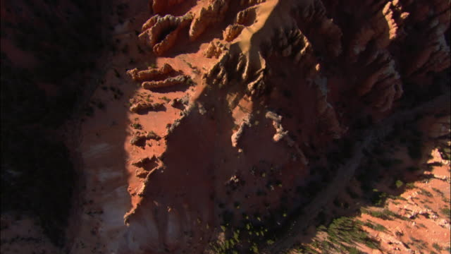 stockvideo's en b-roll-footage met aerial topography of red rock in cedar breaks national monument/ trees on top of mountain/ utah - fysische geografie