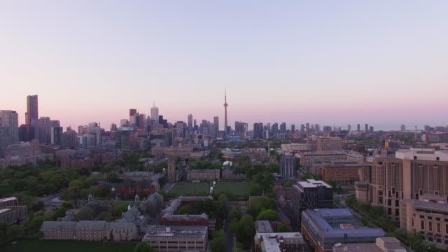 vídeos de stock, filmes e b-roll de 4k aerial toronto: skyline pan down - inclinação para baixo