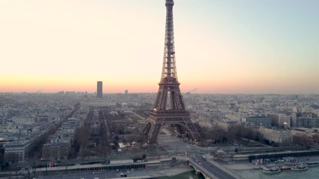 aerial tour eiffel paris - geografische lage stock-videos und b-roll-filmmaterial