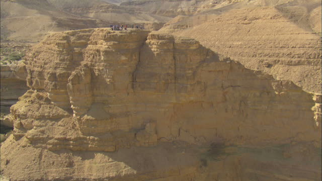 aerial tourists in ma ale hapalmach, negev desert, negev, israel - ネゲブ点の映像素材/bロール