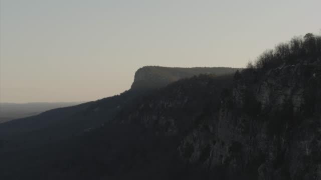 vidéos et rushes de aerial towards cliff band with sun setting - comté d'ulster
