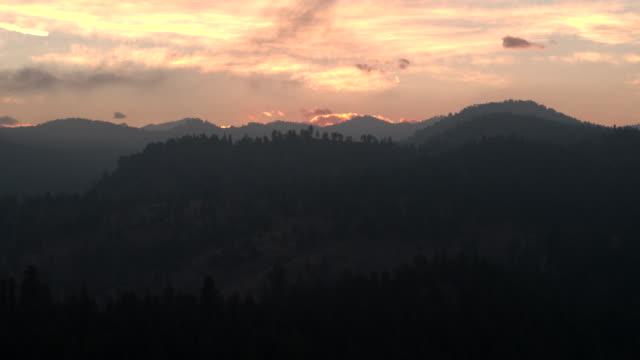 vídeos y material grabado en eventos de stock de aerial towards mountains - contraste alto