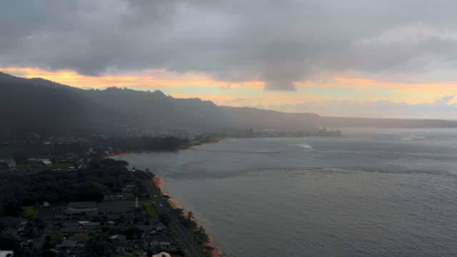 vidéos et rushes de aerial: town on the coastline of a tropical island, moorea, french polynesia - moorea