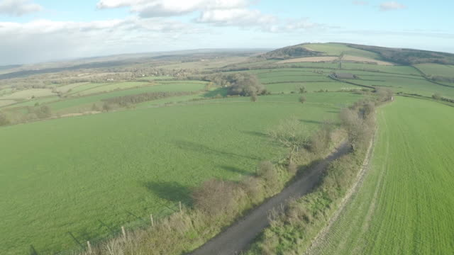 vídeos y material grabado en eventos de stock de aerial track along south downs way - seto