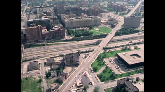 vídeos de stock, filmes e b-roll de aerial track over chicago to cook county hospital; 1979 - helicopter landing pads