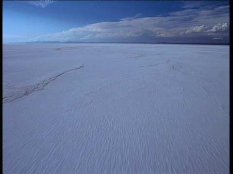stockvideo's en b-roll-footage met aerial track over encrusted white uyuni salt flats - bolivia