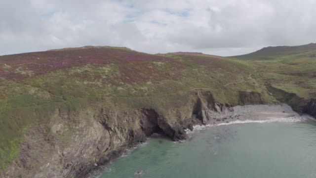 vídeos de stock e filmes b-roll de aerial track over pembrokeshire coastline - pembrokeshire